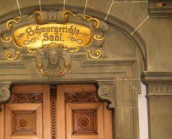 Die richtende Justitia über einem Sitzungssal im Amts- und Landgericht in Tübingen