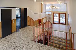 Bild des Treppenhauses des Clubhaus' mit einem Originalleuchter
